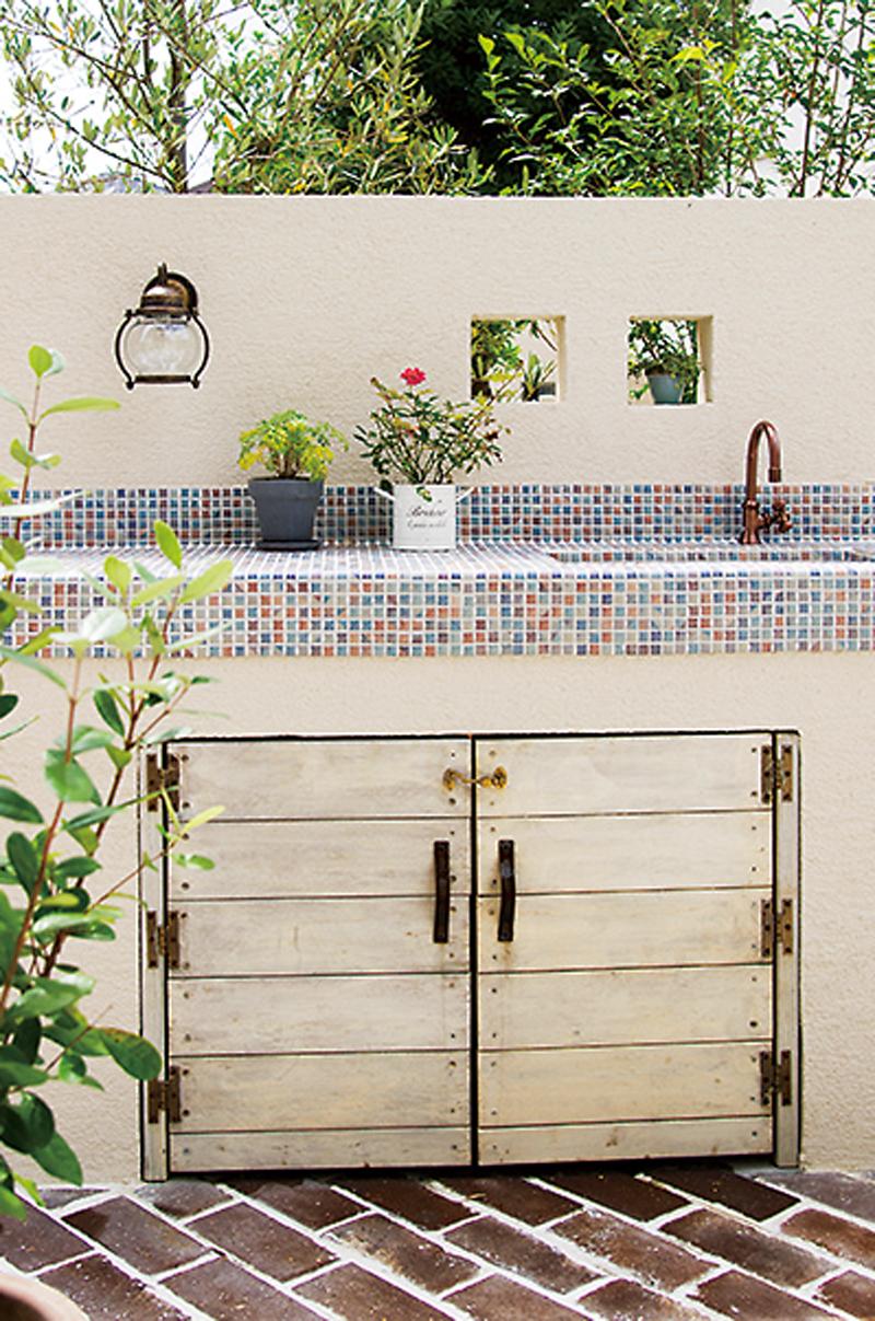 バーベキューやガーデニングで活躍するお庭専用のシンク。タイルで化粧されてシャビ―な雰囲気が素敵です。