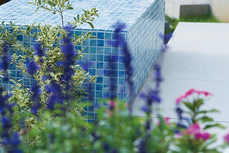 青いタイルが綺麗な花台。季節の草花を飾ったり、雑貨を並べても可愛いスペース。