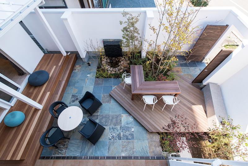まるでリビングルームのようなお庭。アイディア次第で様々な使い方ができる。