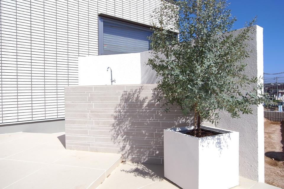 造作のガーデンキッチン。横長のタイルで家の外壁と調和させた。