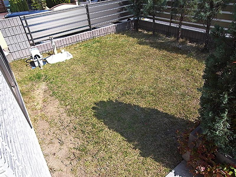 Before:「雑草や芝生の管理が大変!今では子供も大きくなって、庭に出て過ごすことも少なくなってきたので」とリガーデンの決意をされました。