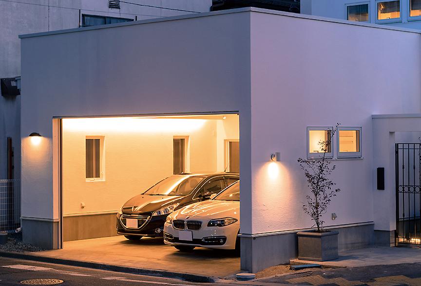 屋内の行き来が自由な大きいガレージ。車好きな人には憧れの建物。