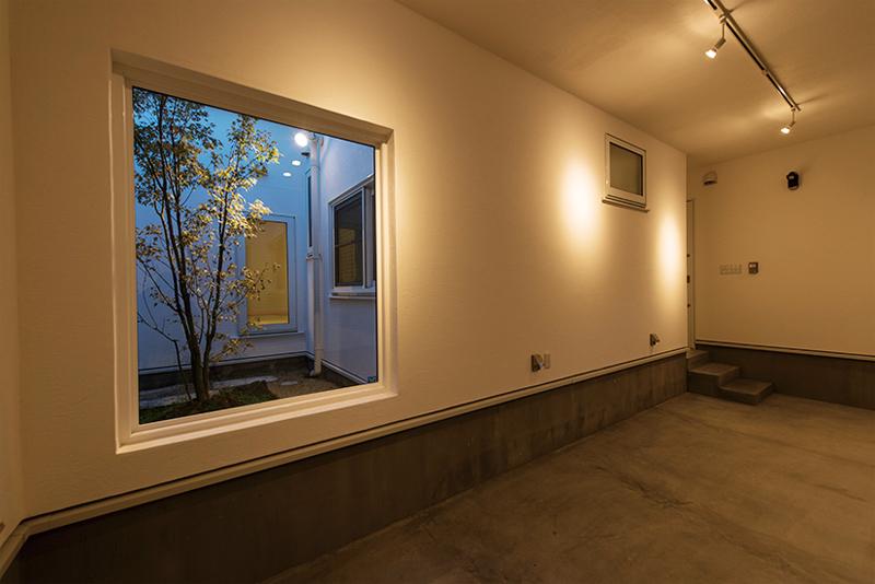 大きな窓から見える坪庭は、大人のゆとりを感じさせてくれます。