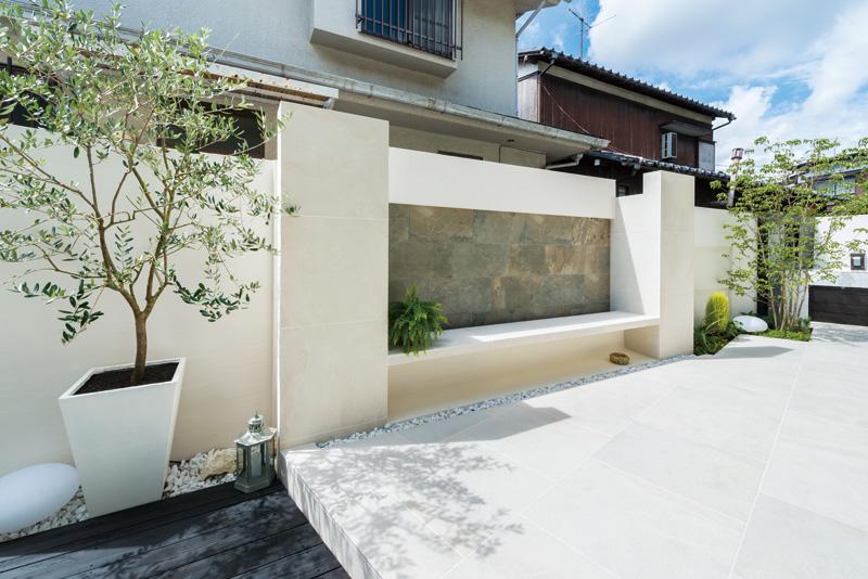 境界を区切る壁でプライバシーを守ることで、自由度の高くなった庭。壁と一体型で造作されたベンチは、憩いの空間。