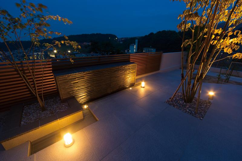 高台のお庭。ライトアップされたテラスから眺める夜景。
