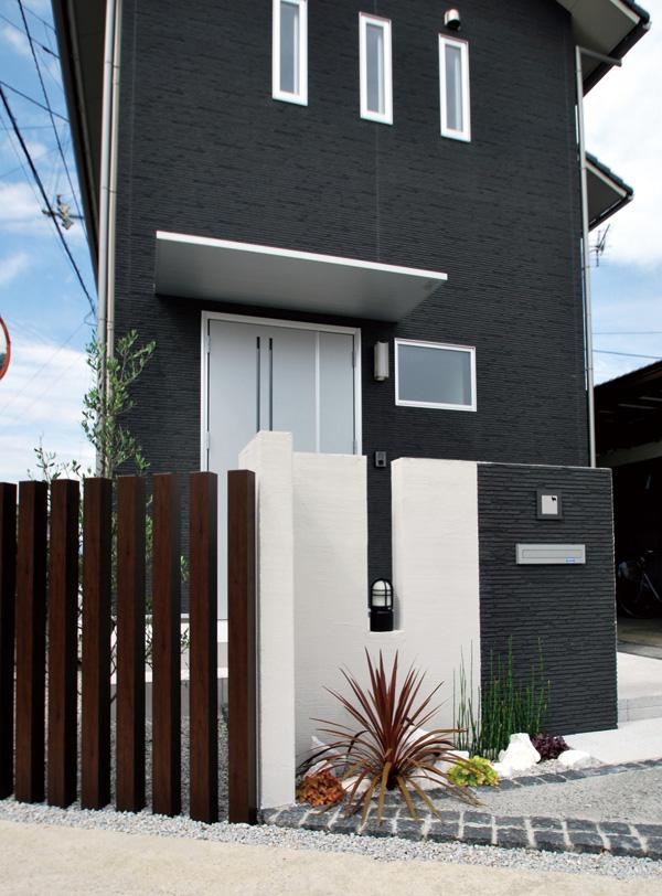 建物とのカラーリングもすっきりまとまった門塀と、程よい開放感のフェンス