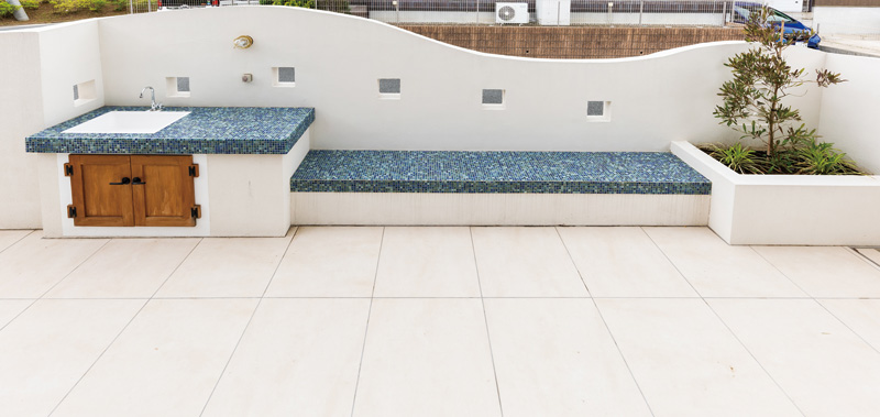 白を基調としたデザインの中に映える、差し色のブルー。小さなタイルで可愛らしく。