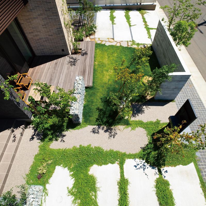 門から玄関まで。緑に季節を感じるアプローチ。