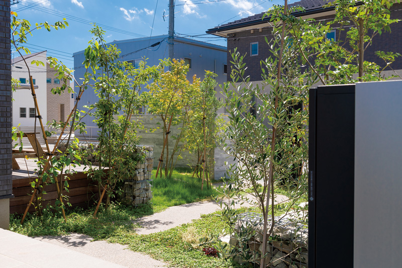 空間を活かしながらも適度な量の植栽が美しい、ナチュラルモダンのお庭。
