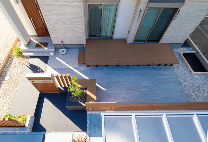 デッキ、タイルテラスですっきりとまとまったお庭空間。アプローチは開放的に。