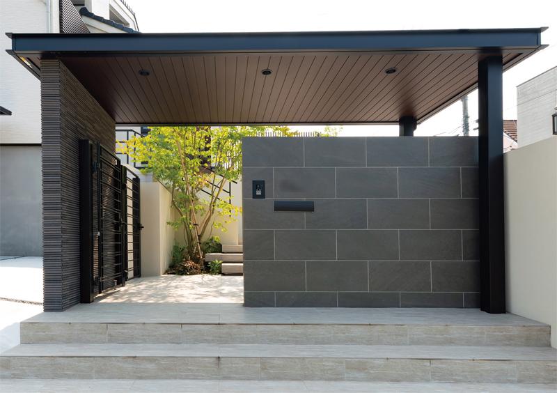 重厚な門まわり。ダウンライトを備えた屋根で高級感を演出。