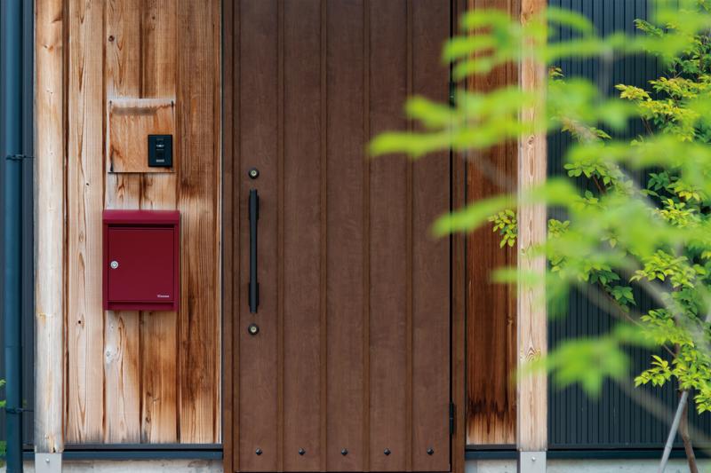 門塀も不要となる、玄関ドアのすぐそばにポスト。その分、天然素材の枕木を目隠しに。必要最低限の機能をおさえつつ、暮らし方や好みに応じた外構のアレンジ。