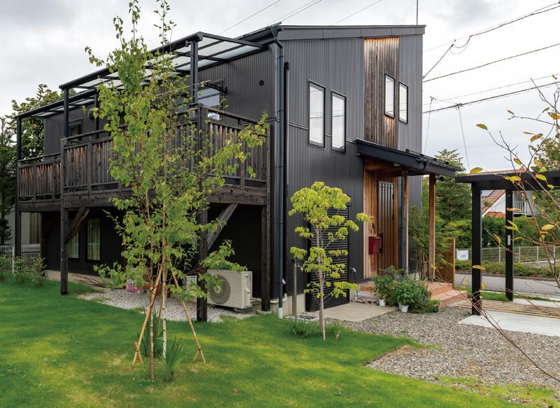 道路側からの眺めと、お庭側からの眺めで、雰囲気が変わる。外構やお庭は、住まいの見せ方に大きく影響します。