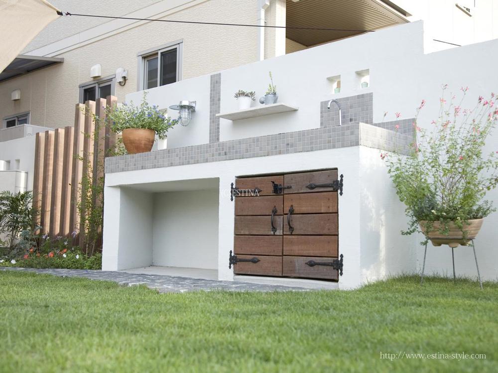 よく使うホースやガーデングッズなどは、シンク下に収納可能。