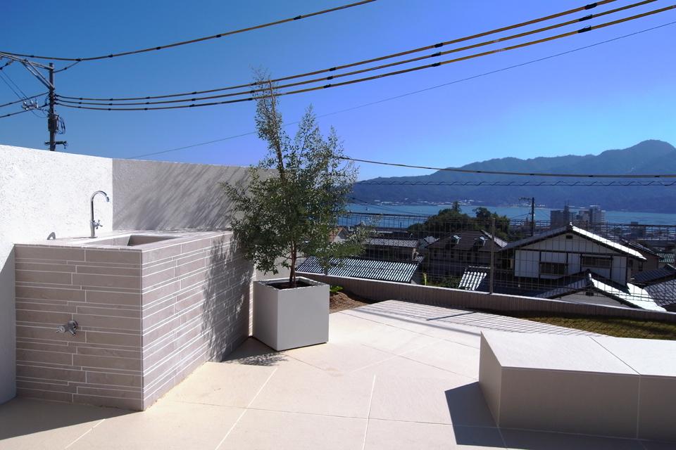 正面に見えるのが宮島。晴れた日には、厳島神社の大鳥居も見える。