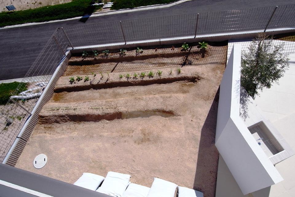 ガーデンキッチンの裏には家庭菜園スペース。ガーデンシンクの壁が目隠しになり、ゲストからは見えないように工夫されている。