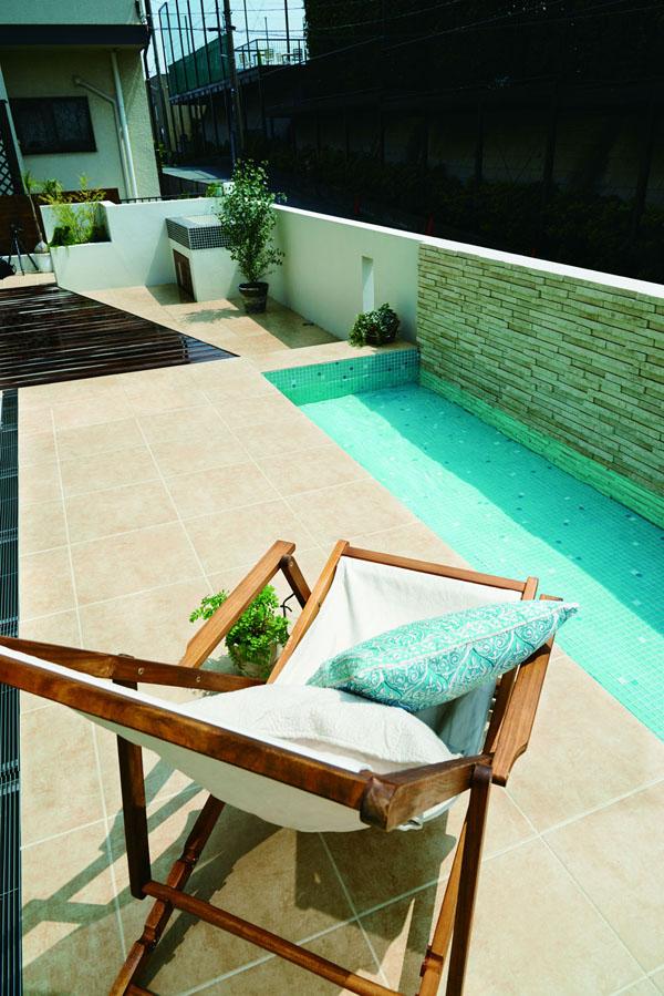 モダンな家に合うようお庭はシンプルに。 グリーンや使う部材の質感を工夫し、冷たい印象にならないようコーディネート。