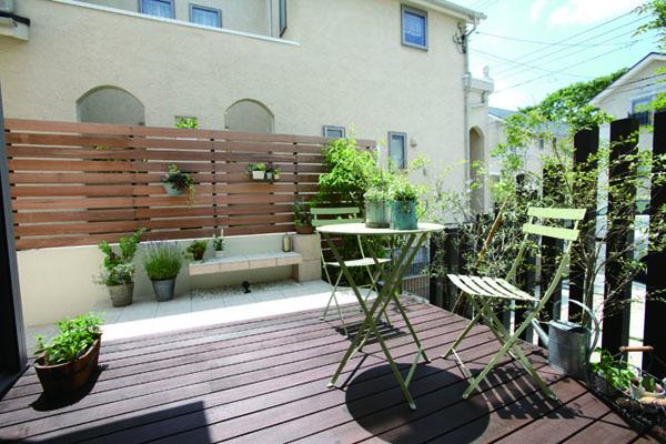 庭全体をデッキ空間にすることで、ローメンテナンスかつ、広がりを感じるお庭に。 気持ちいい風に吹かれながらのティータイムも素敵。