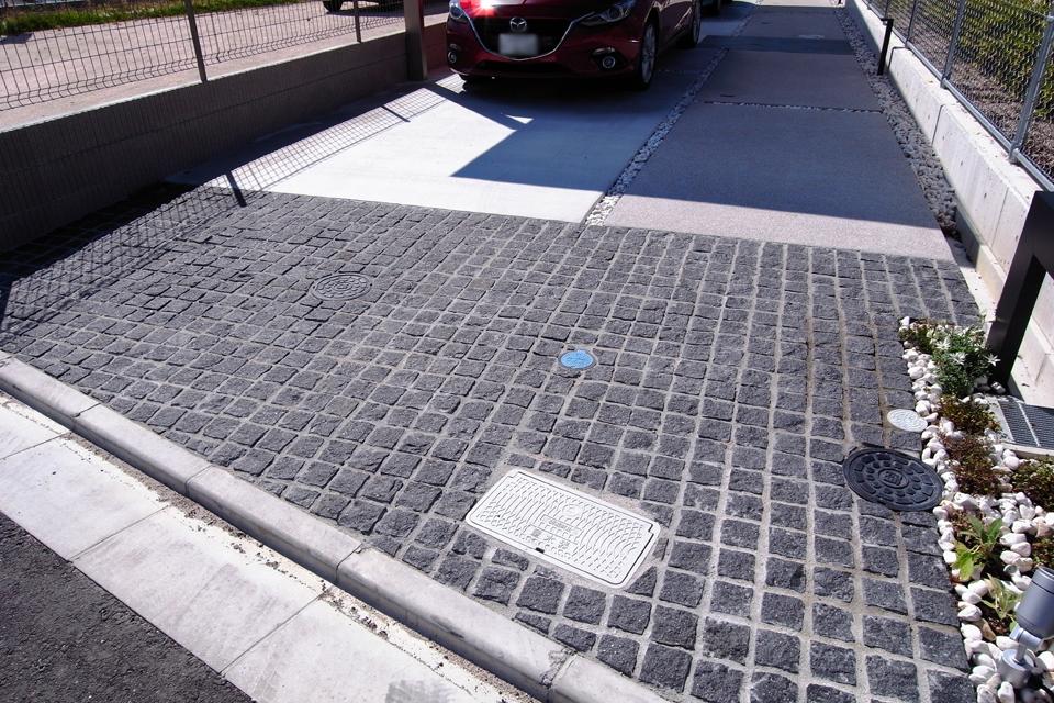 入口から家までのスペースが駐車スペース兼アプローチになっている。