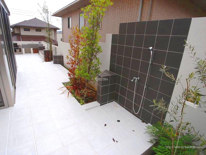 屋外用シャワーは、海水浴やサーフィン帰りの砂落としに活躍。