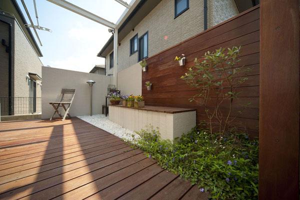 ハードウッドのデッキとフェンスで、使いづらい空間が、使い勝手のよいプライベートな空間に。