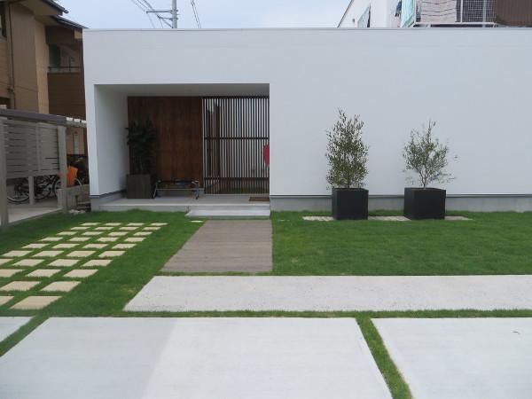 シンプルな素材で建物を引き立てる外構